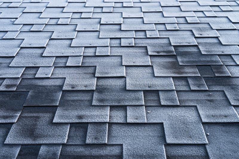 Tejidos de asfalto cubiertos de hielo con construcción de techos mal aislados foto de archivo