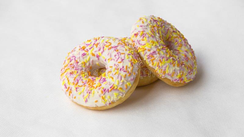 Tekakor är donuts royaltyfria bilder