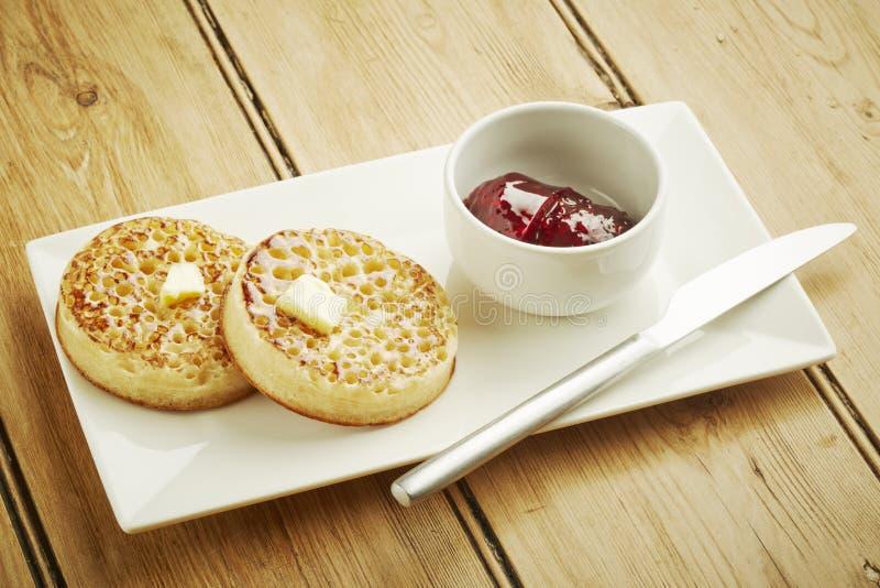 Tekakor som rostas på den vita maträtten arkivfoto
