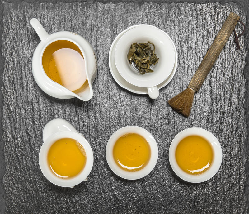 Tekanna- och vitkoppar traditionell kinesisk tea för ceremoni royaltyfria bilder