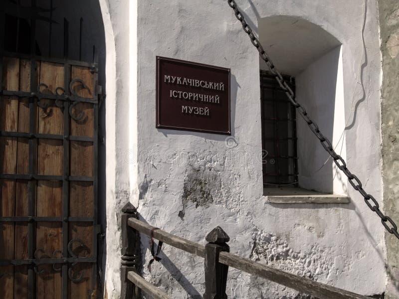 Teken 'Mukachevo-Geschiedenismuseum 'op voorgevel van Palanok-Kasteel royalty-vrije stock fotografie