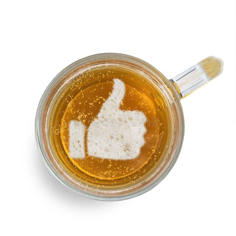 Teken als, duim omhoog, op het bierschuim in glas op witte achtergrond wordt geïsoleerd die Hoogste mening royalty-vrije stock foto
