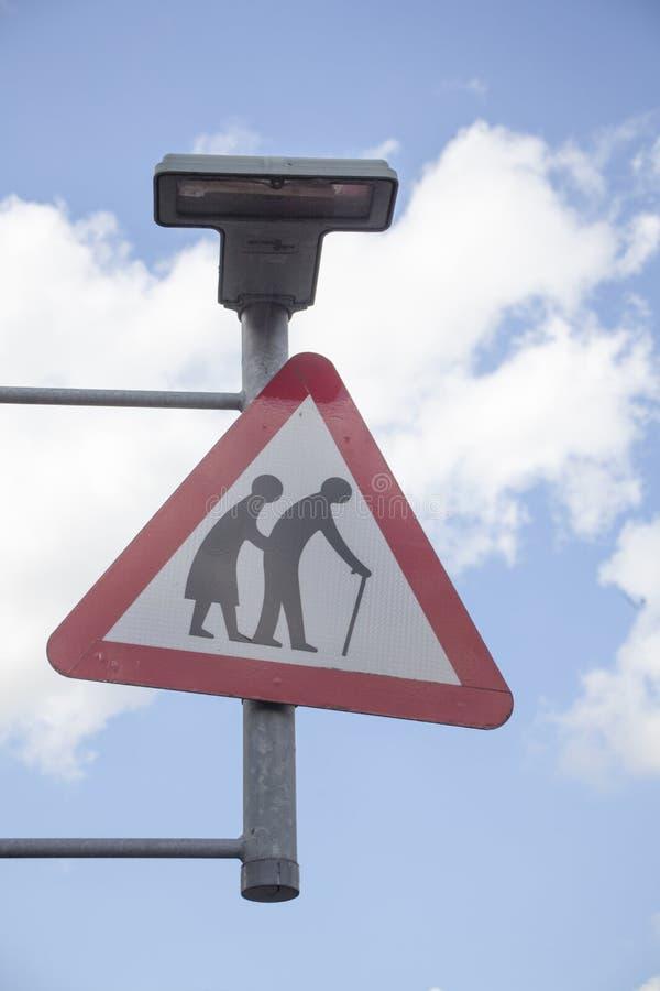 Teken bejaarde mensen die op de straat kruisen royalty-vrije stock foto's