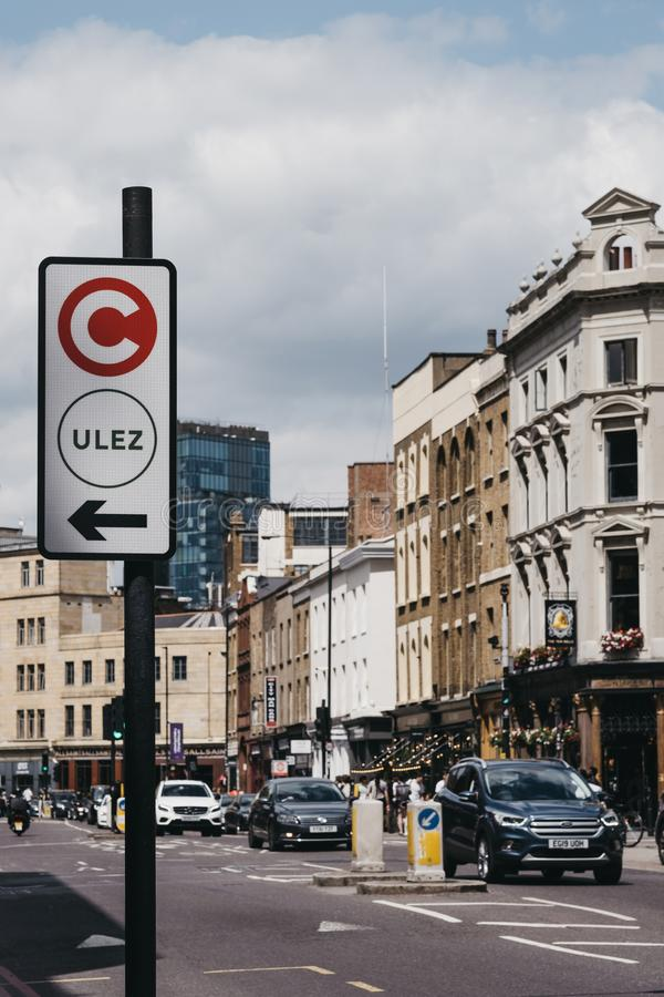 Teken die op de richting van ultra Lage Emissiestreek ULEZ wijzen op een straat in Londen, het UK royalty-vrije stock foto's
