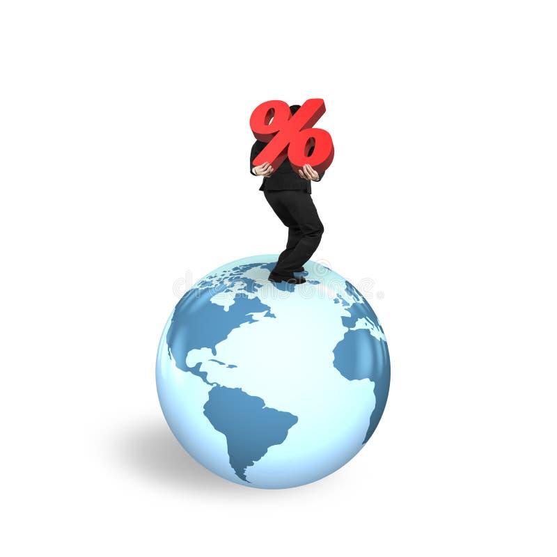 Teken die van het zakenman het dragende percentage zich op de kaart van de bolwereld bevinden stock illustratie