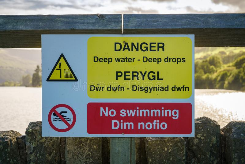 Teken: Diepe dalingen van het gevaars de diepe water geen zwemmend Bewoners van Wales & Engels stock afbeelding