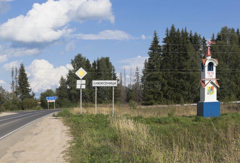 Teken en een stele bij de ingang aan het dorp van Nyuksenitsa, Vologda-gebied stock afbeeldingen