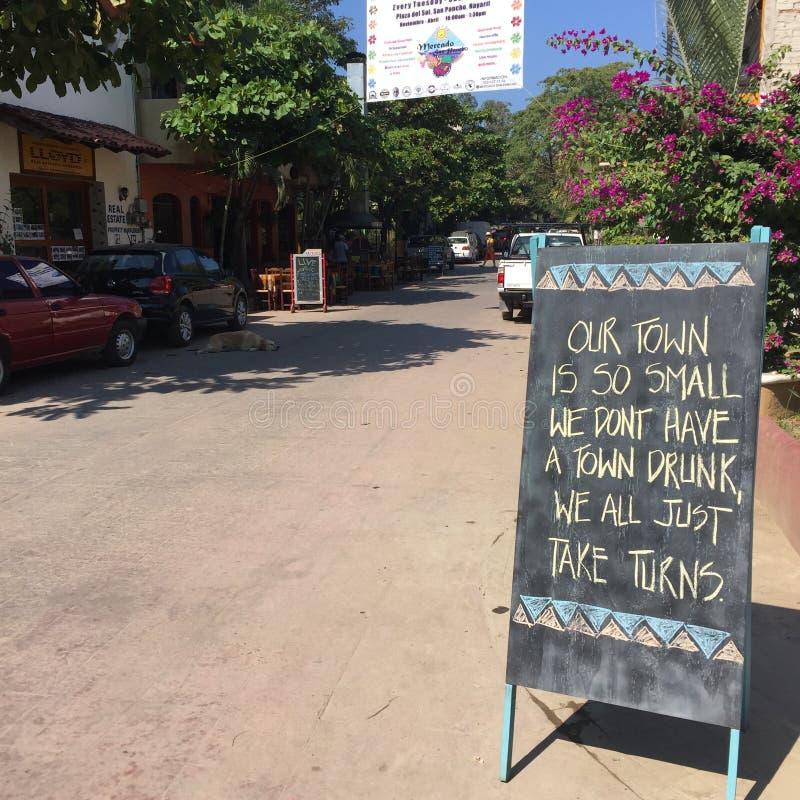 Teken in kleine Mexicaanse stadsstraat stock foto