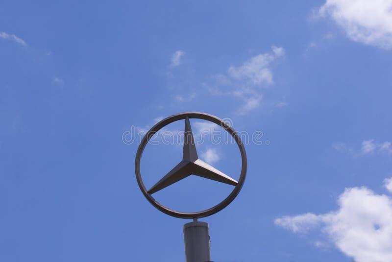 Teken met het embleem van Mercedes-Benz Daimler AG Duits multinationaal automobiel merk stock foto