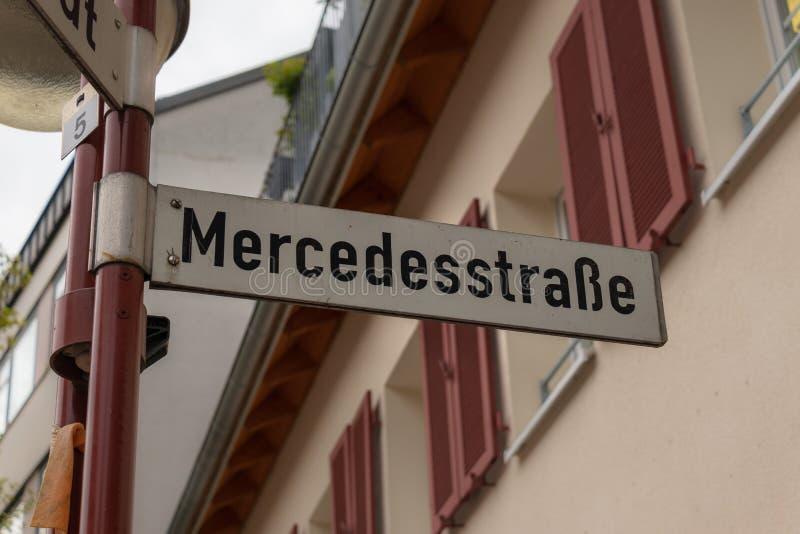 Teken met Mercedes Street-het van letters voorzien in het Duits: Mercedesstraße in de het oprichten stad Sindelfingen in Duitslan stock afbeeldingen
