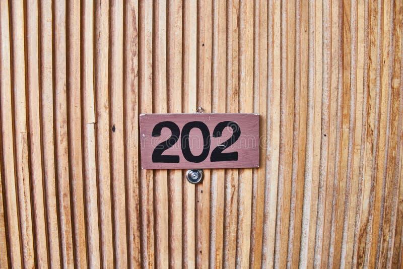Teken op de houten deur Zaal aantal in het hotel royalty-vrije stock fotografie