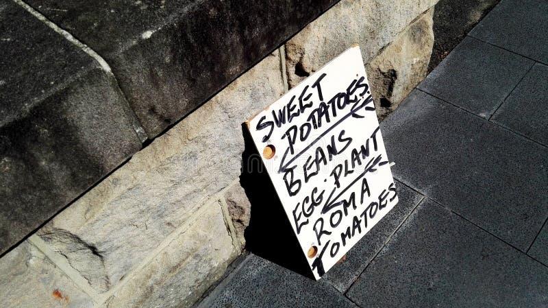 Teken op straat verkopende groenten stock fotografie