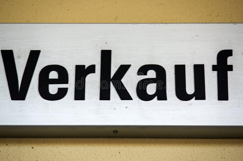 Teken of schild met - VERKAUF - in het Duits, vertaling aan het Engels - VERKOOP royalty-vrije stock foto's