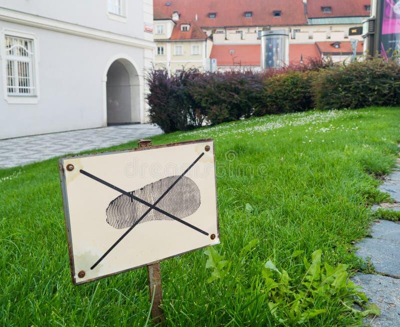 Teken: trek de gang van ` t op het gras aan Verboden in ons leven stock foto