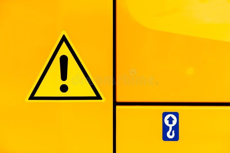 Teken van de aandachts het gele driehoek op de gele tractor royalty-vrije stock foto's