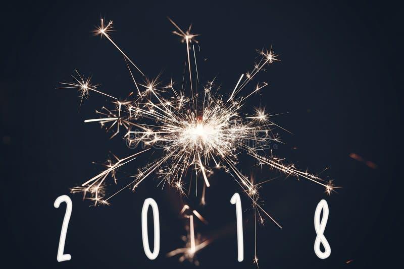teken van de het jaartekst van 2018 het gelukkige nieuwe, brandend sterretjevuurwerk Bengalen stock fotografie