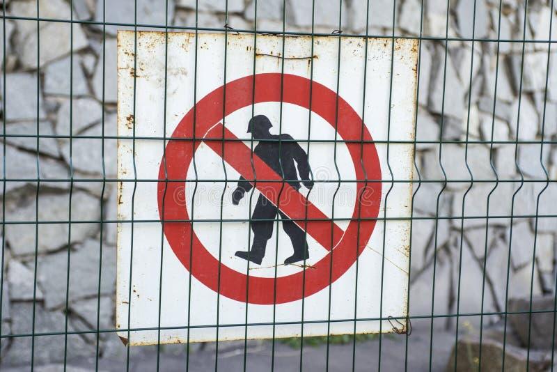 Teken van gemachtigde personeelsleden slechts bij bouwwerf Rood, zwart-wit beperkt gebied, Gemachtigde personeelsleden die slecht stock fotografie