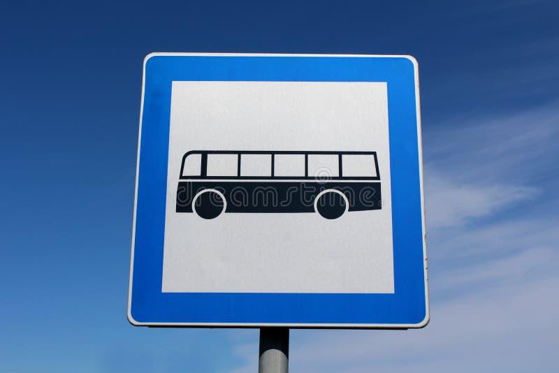 Teken van het busstation zette het rechthoekige metaal met blauw kader en zwarte bus op grijze metaalpool op royalty-vrije stock afbeelding