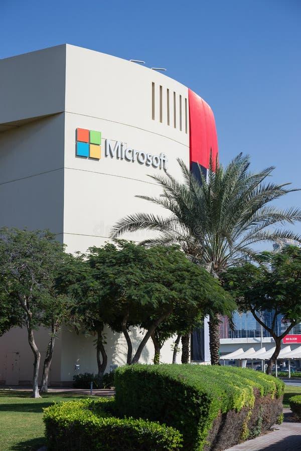 Teken van microsoft op het bureaugebouw in Doubai stock foto's