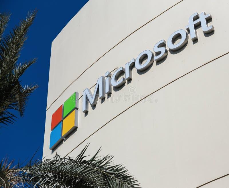 Teken van microsoft op het bureaugebouw in Doubai stock afbeeldingen
