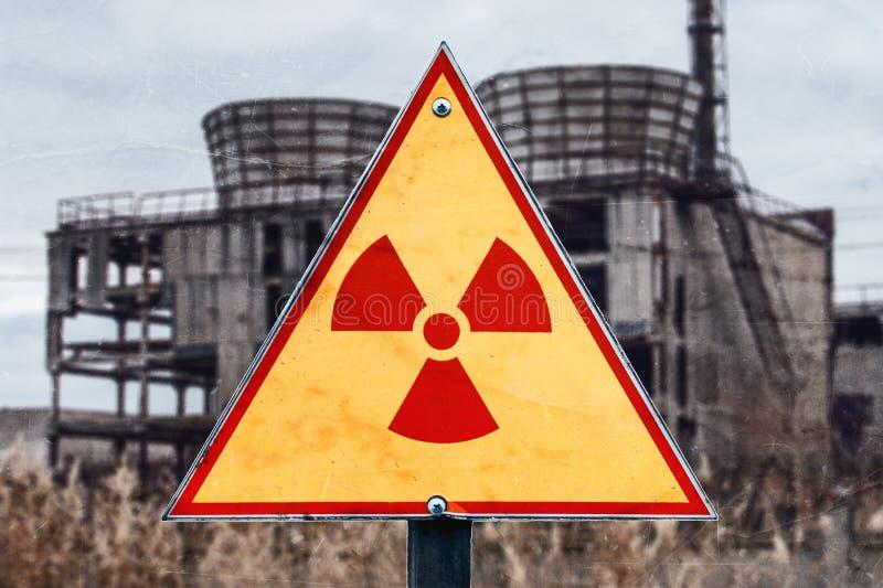 Teken van stralingsgevaar tegen radioactief afval op de de bouwachtergrond, beeld met een plaats voor uw tekst, exemplaarruimte,  royalty-vrije stock foto's