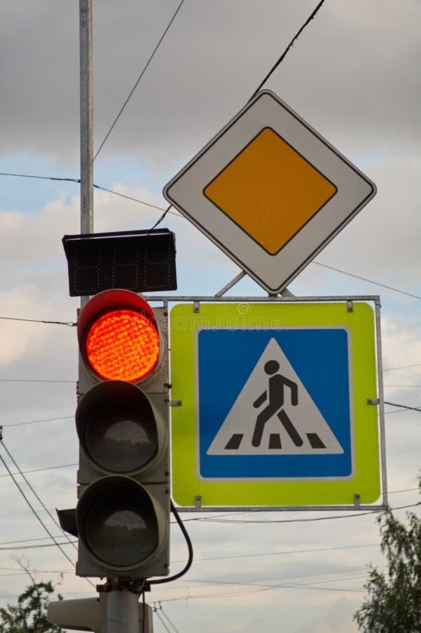 Tekenhoofdweg Voetgangersoversteekplaatsteken Rood verkeerslicht stock fotografie