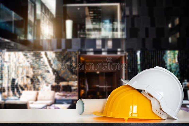 Tekeningen voor de bouw en helm royalty-vrije stock afbeeldingen