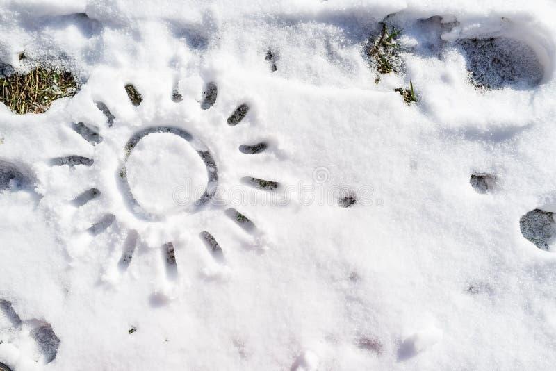 Tekeningszon op de witte sneeuw in de lentedag royalty-vrije stock fotografie