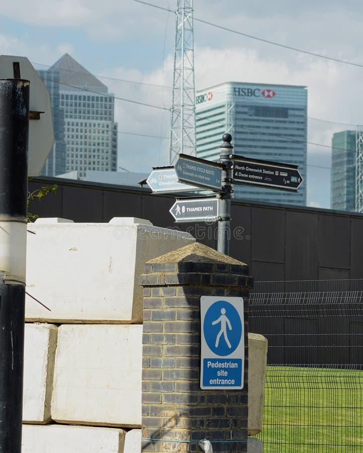 Tekens en Bankwezendistrict docklands Londen het UK stock fotografie