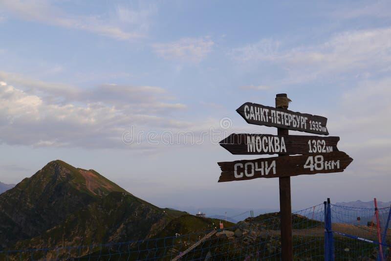 Tekens met richtingen en de Bergen van de Kaukasus Rosa Khutor, Sotchi, Rusland stock afbeelding