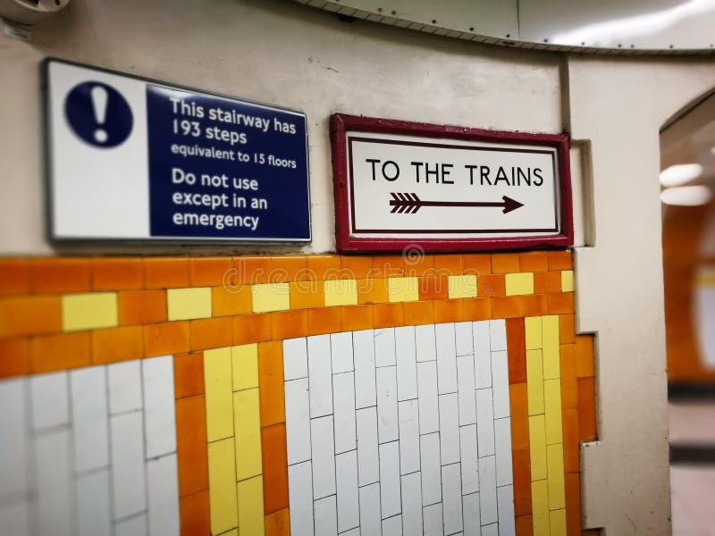 Tekens op Londen ondergronds stock afbeelding