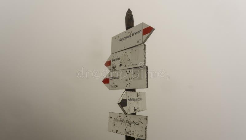 Tekens van slepen in de bergen in de mist De bergen van Tatra polen stock afbeeldingen