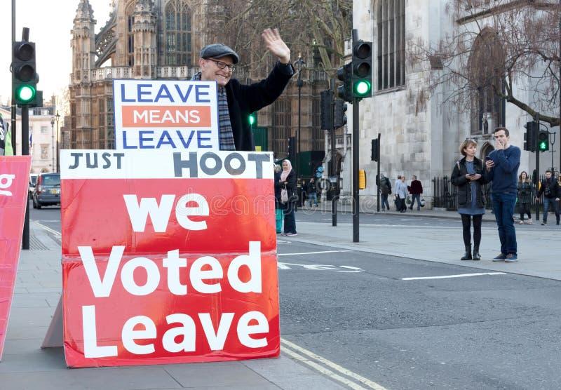 Tekens voor Westminster, Londen die, het UK ten gunste van Brexit protesteren royalty-vrije stock foto's