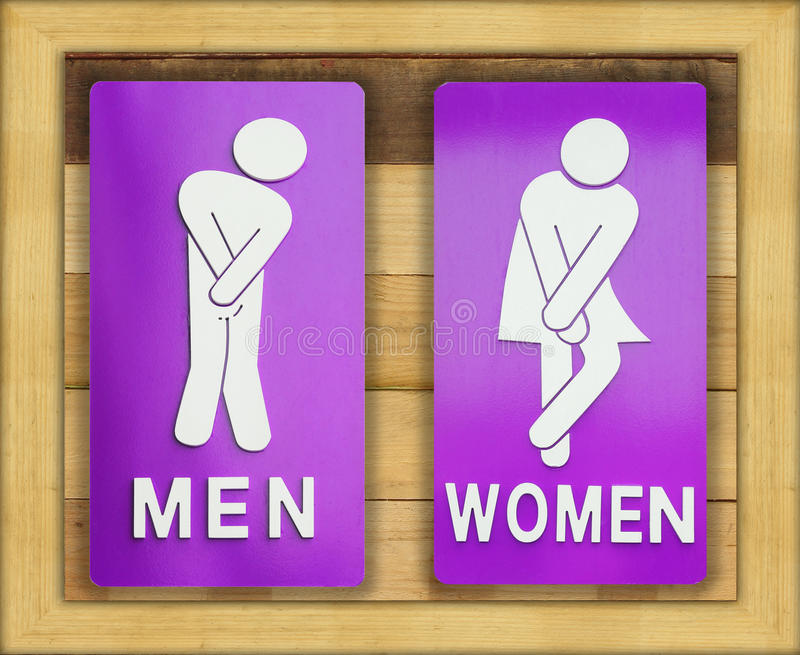 Tekens vrouwelijke en mannelijke badkamers op houten achtergrond royalty-vrije stock afbeelding