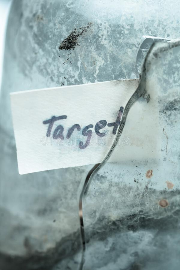 Tekentekst & x27; target& x27; in gebroken glas Conceptenidee van het bereiken van doelstellingen in het leven royalty-vrije stock foto's