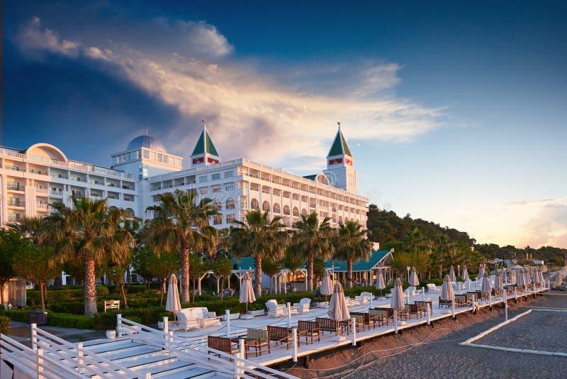 TEKIROVA TURCJA, KWIECIEŃ - 25 2017: Pływacki basen i plaża luksusowy hotel Pisać na maszynie rozrywka kompleks Amara Dolce Vita zdjęcie royalty free