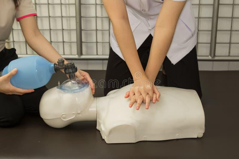 Teknik för instruktörShowing Resuscitation CPR royaltyfria bilder