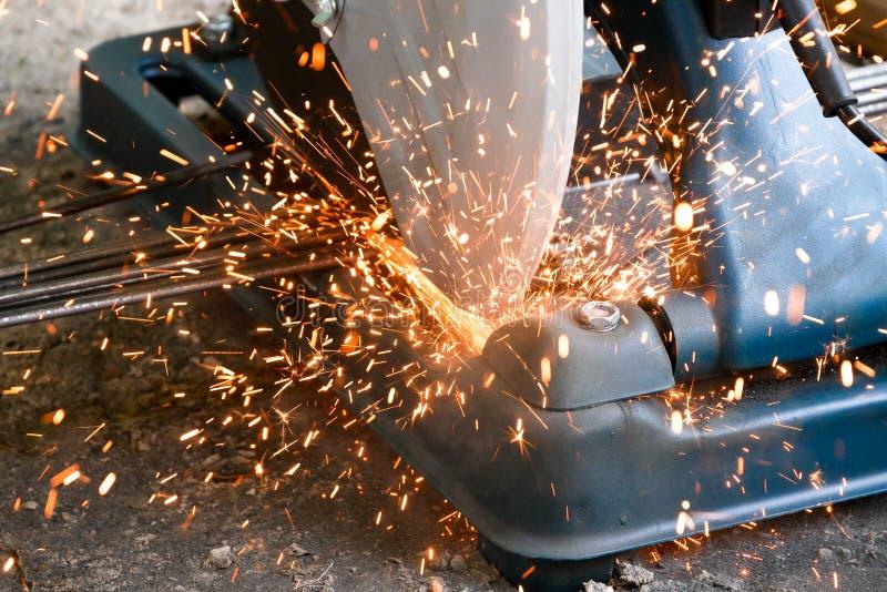 Tekniker använder fiber som klipper plattformhjälpmedel för att klippa stål för konstruktion Bransch i begrepp för konstruktionsp royaltyfri bild