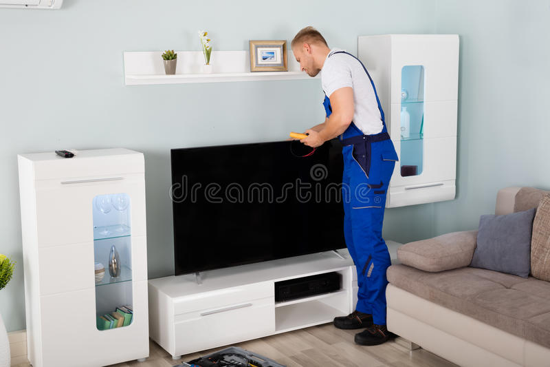 Tekniker Checking Television arkivbilder