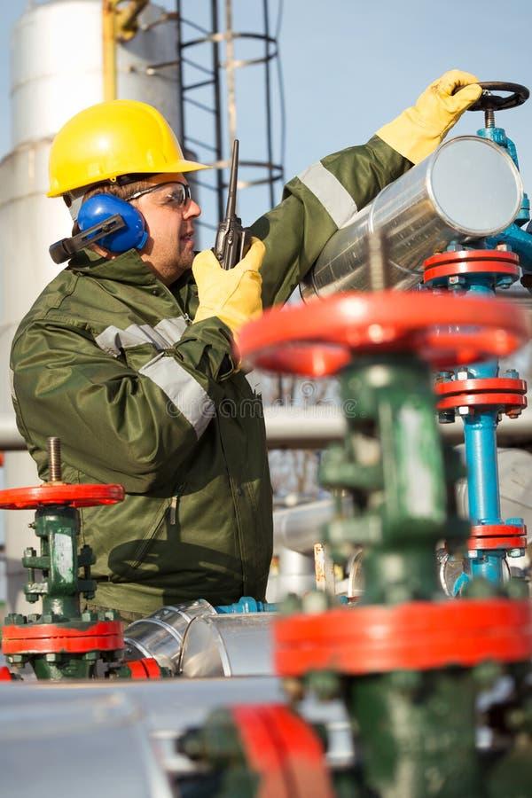 Tekniker i det olje- och naturgasfältet arkivfoto