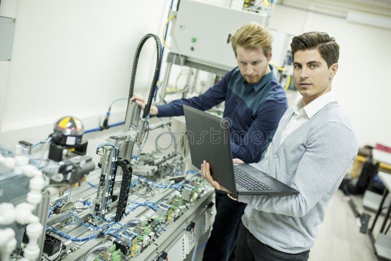 Tekniker i fabriken royaltyfri fotografi