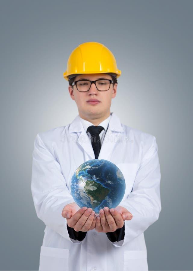 Tekniker i hållande jordklot för hjälm arkivbild