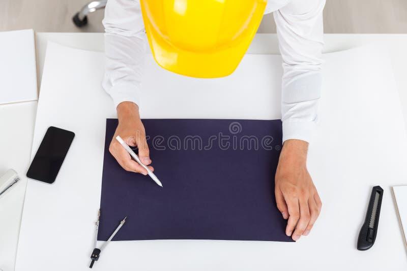 Tekniker i hjälmteckningsritning royaltyfri bild