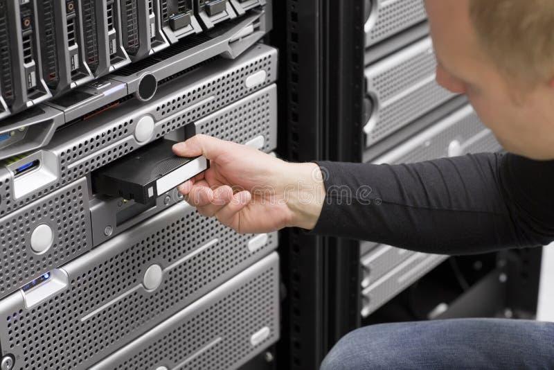 It-tekniker Inserts Backup Tape royaltyfria bilder