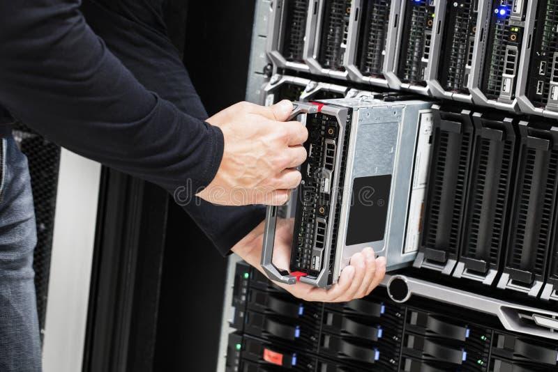It-tekniker Installing Blade Server i chassi arkivbild