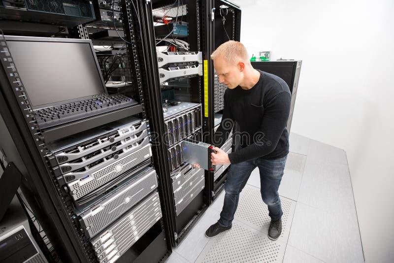 It-tekniker Installing Blade Server i chassi på Datacenter arkivfoto
