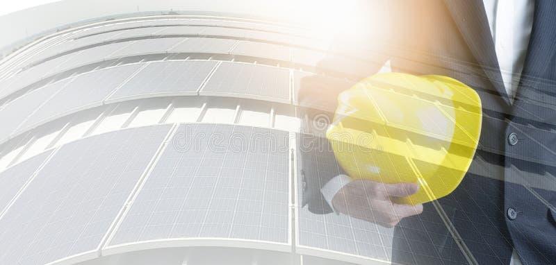 Tekniker med säkerhetshjälmen på bakgrund för sol- energi Affär om begrepp för naturlig energi royaltyfri illustrationer