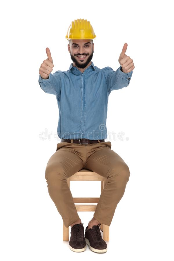 Tekniker med säkerhetshjälmen som visar ok gest med båda händer royaltyfri foto
