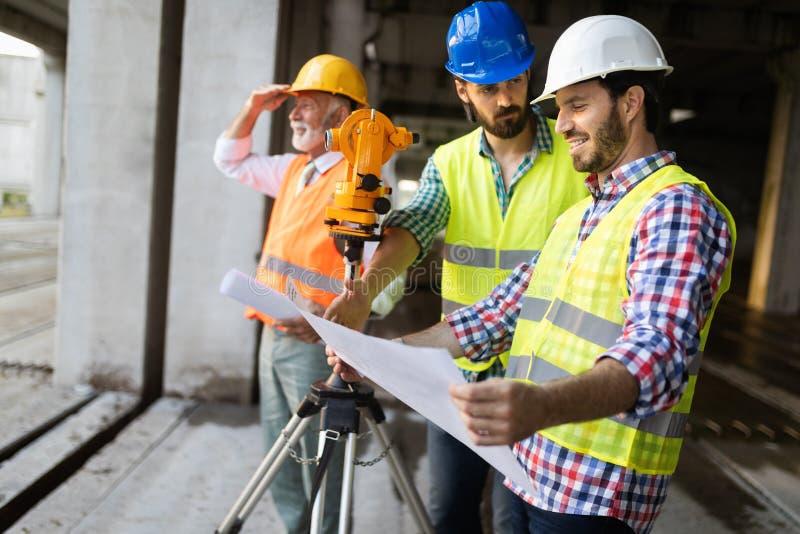 Tekniker, ordförande och arbetare som diskuterar i byggnadskonstruktionsplats arkivbilder