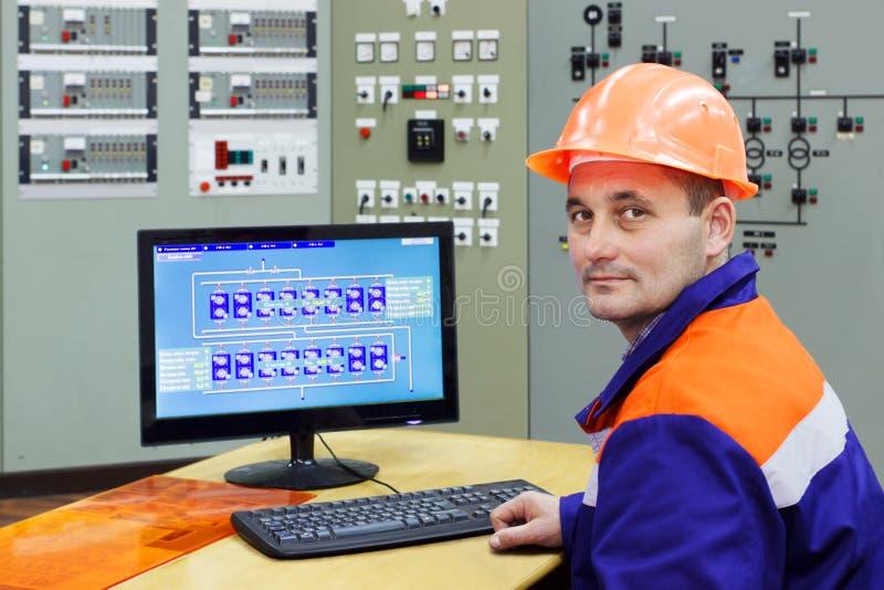 Tekniker på datoren royaltyfri foto